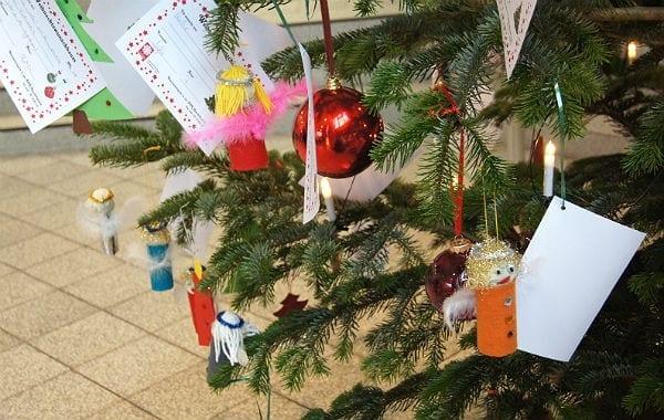 Gut bestückt: Der Weihnachtswunschbaum im AOK-Haus