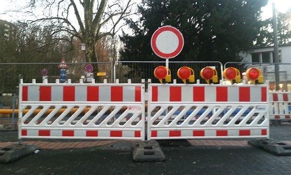 Spätestens an der Kreuzung zur Hauptstraße ist Schluss. In beide Richtungen. Bis Ende Januar, mindestens.