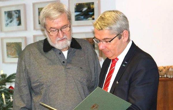 Heinz-Günter Gronemeyer erhält von Bürgermeister Lutz Urbach die Ehrennadel