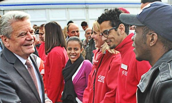 Flüchtlinge und DRK-Mitarbeiter begrüßen Bundespräsident Joachim Gauck in Katterbach