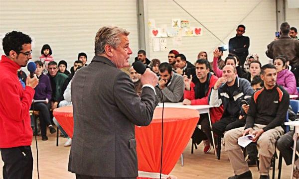 Bundespräsident Joachim Gauck spricht mit Flüchtlingen in Katterbach