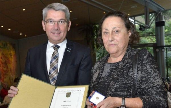 Hannelore Müller mit Bürgermeister Lutz Urbach. Foto: Anton Luhr