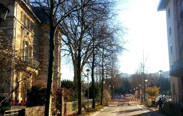 Der Durchgang vom Markt zur Schnabelsmühle ist nicht nur für Busse gesperrt. Fußgänger müssen entweder links an der Villa Zanders vorbei durch den Tunnel oder rechts am Stadthaus vorbei bis zur Ampel an der Poststraße.