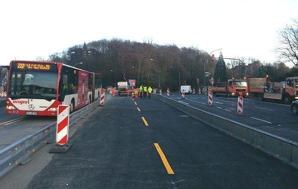 Die zwei Spuren werden für den Verkehr aus dem Tunnel bzw. vom Driescher Kreisel genutzt: eine Spur geradeaus auf die Hauptstraße, eine als Rechtsabbieger nach Bensberg.