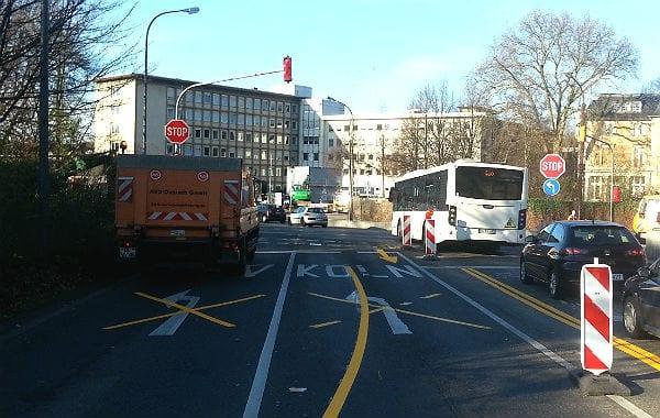 Die Einmündung der Bensberger Straße, noch für den Gegenverkehr gesperrt.