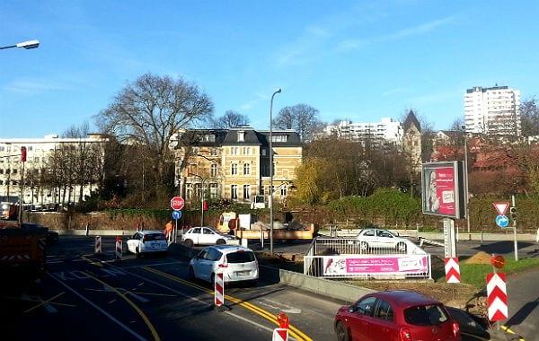 Die neue freie Sicht auf die Villa Zanders. Davor die neue Stopp-Schild-Regelung.