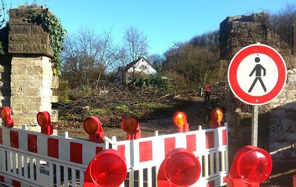 Mehr Durchblick: Die Bäume vor der Villa Zanders sind gefällt, die Bruchsteinmauer weitgehend demontiert. Im Hintergrund das Gasthaus Paas.
