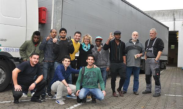 Beim Sortieren und Verpacken der Hilfslieferung nach Bulgarien beteiligen sich nun auch Flüchtlinge