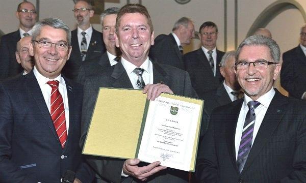 Karl-Heinz Setzekorn mit Bürgermeister Lutz Urbach und dessen Vertreter Josef Willnecker