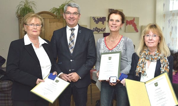 Bürgermeister Lutz Urbach mit Ruth Schneider, Cora Lukas-Voss und Agnes Daniels. Foto: Anton Luhr