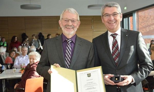 Egon Plattner mit Bürgermeister Lutz Urbach