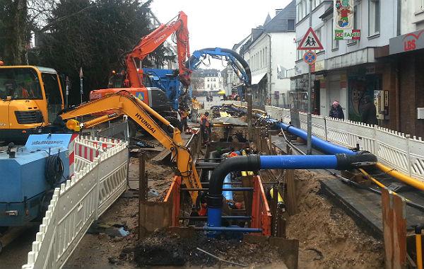 Die von der Belkaw beauftrage Baufirma setzt eine Menge Gerät ein - rechtzeitig fertig wird sie an der Hauptstraße dennoch nicht.
