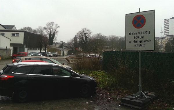 Diese Schilder lügen: Der Buchmühlenparkplatz bleibt bis März offen