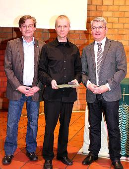 Roland Vossebrecker (M.) mit Vizebürgermeister Michael Zalfen und Bürgermeister Lutz Urbach im Heilsbrunnen