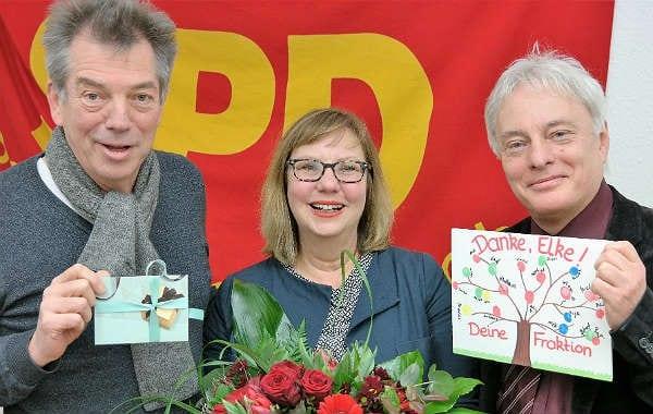 Fraktionsvize Klaus Orth und Fraktionschef Klaus Waldschmidt bedanken sich bei Elke Bäumler
