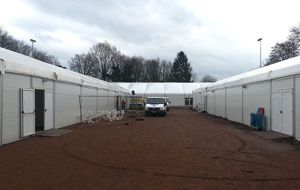 In den Leichtbauhallen in Katterbach wohnen 344 Menschen, 390 werden es bald sein