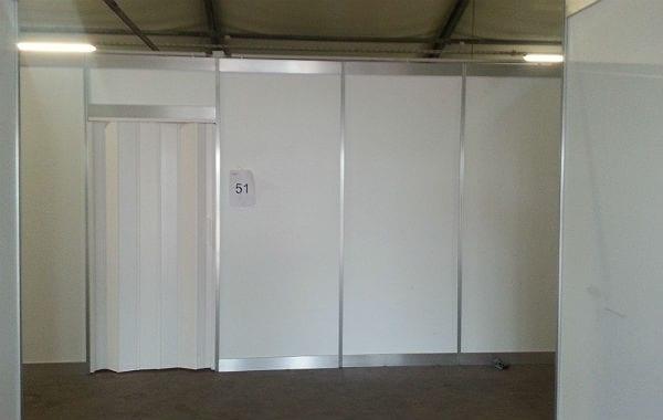 Die Schlafhallen sind durch leichte, aber feste Wände abgeteilt. Nach oben ist alles offen.
