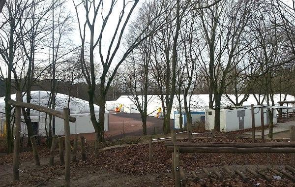 Links und hinten stehen die Schlafhallen, rechts die Büro- und Sanitärcontainer, in der Mitte die geteilte Aufenthalts- und Familienhalle