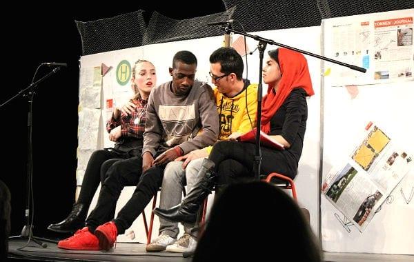 """Ein Theaterstück der Kreativitätsschule Refrath: """"Wann kommt der scheiße Bus – gehen ist besser als warten"""""""