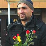 Respekt und Dank: Refrather Flüchtlinge verteilen Rosen