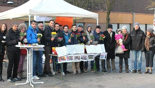 Die Flüchtlinge und Betreuer auf dem Markt in Refrath