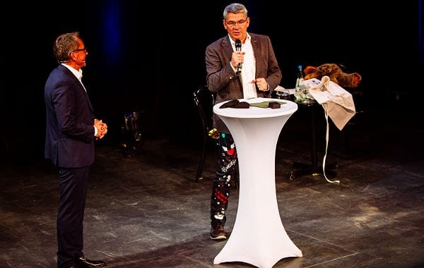 Bürgermeister Lutz Urbach verdirbt Ferdinanz Linzenich bei der Premiere im Bergischen Löwen die erste Zugabe. Foto: Photographie Andreas Weinand