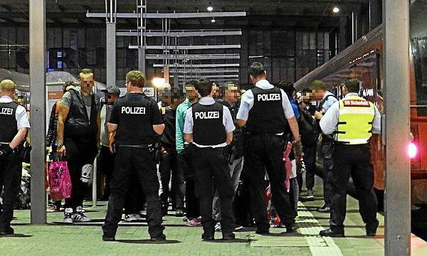 Die Polizei kontrolliert Flüchtlinge am Münchener Hauptbahnhof. Foto: Wikiolo/Wikimedia