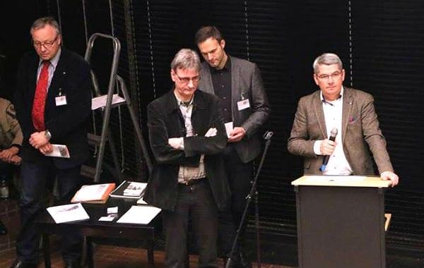 Konsternierte Gesichter: Baurat Stephan Schmickler, Moderator Hartmut Welters, Planungschef Wolfgang Honecker, Bürgermeister Lutz Urbach. Foto: Helga Niekammer