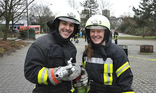 Zwei weitere Nachwuchskräfte haben die Feuerwehr-Grundausbildung in Bergisch Gladbach absolviert