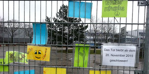 IGP- Schüler haben den Zaun zum Gelände mit der Containerunterkunft geschmückt