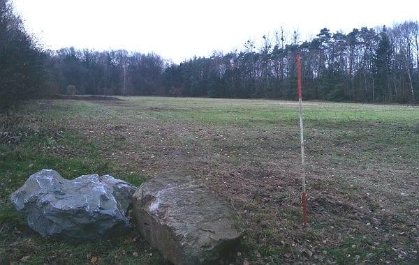 Das Gelände wird links von der Gladbacher Straße, an den beiden anderen Seiten von der Grube Cox, umschlossen