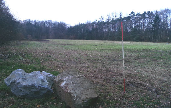 Das Gelände wird links von der Bensberger Straße, an den beiden anderen Seiten von der Grube Cox, umschlossen