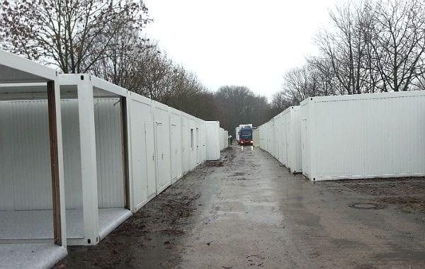 Containermodule wurden vor dem Kombibad zwischen gelagert