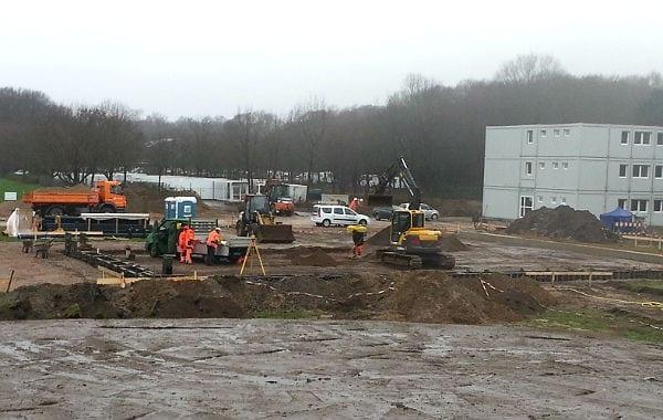 Rechts der 3-Stöcker ist fertig. Links davon werden Fundamente für drei L-förmigen Gebäude gegossen. Wofür die Fläche im Vordergrund dienen soll ist noch nicht geklärt.