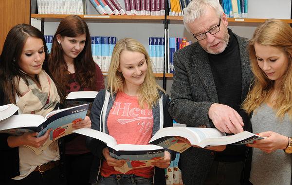 Bernd Schramm im Gespräch mit Schülern der Katholischen Pflegeschule Bergisches Land. Foto: Beatrice Tomasetti