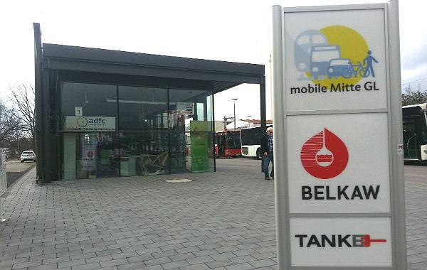 """Werbung für """"Mobile Mitte GL"""" und Belkaw, aber kein Hinweis auf die Radstation"""