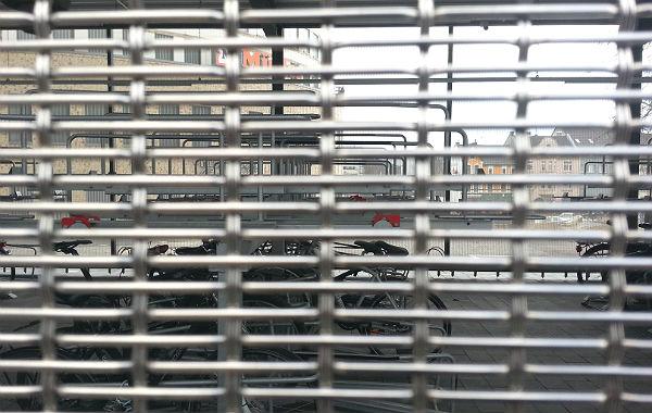 Die Außenwand der Radstation besteht aus einem Metallgitter, hier dringt Regen und Staub ein.