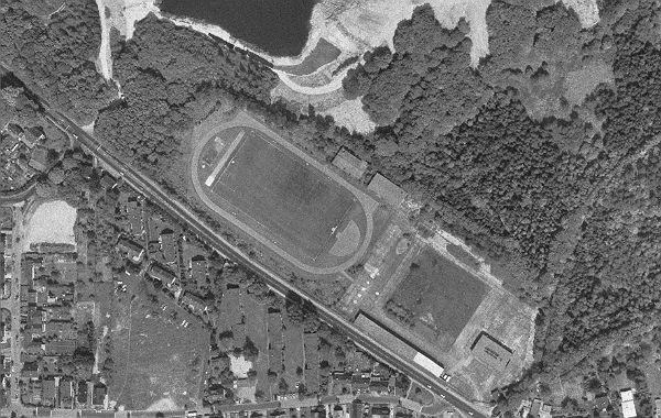 Ein Luftbild aus dem Zeitraum 1988 bis 1994: der Bereich des Sportplatzes nimmt die Containeranlagen auf. Foto: Geobasis.NRW