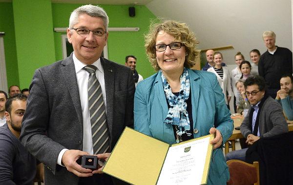 Bergisch Gladbachs Bürgermeister Lutz Urbach überreicht die Ehrennadel an Hildegard Knoch-Will, die sich in der Hilfe für Bulgarien und für Flüchtlinge engagiert