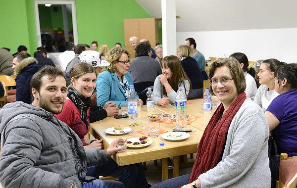 """Eat, talk and play lautet das Motto, unter dem die """"Neue Heimat"""" einmal im Monat die Menschen an den Tisch bringt"""