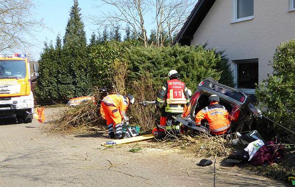 Feuerwehr Bergisch Gladbach rettet Frau aus einem Auto, das sich überschlagen hatte