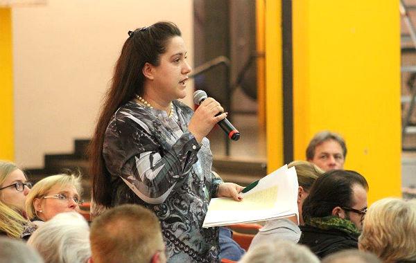"""Melanie Ende hat dem Bürgermeister eine Petition mit 396 Unterschriften gegen eine """"Massenunterkunft"""" in Bergisch Gladbach-Lückerath mitgebracht"""