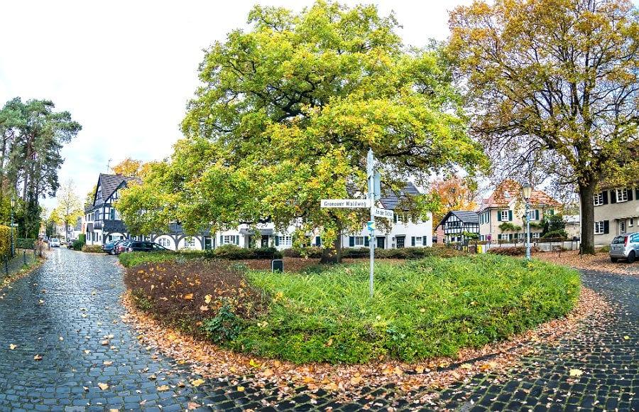 Der Platz an der Eiche in der Gronauer Waldsiedlung in Bergisch Gladbach. Foto: Till Erdmenger – Businessfotos.