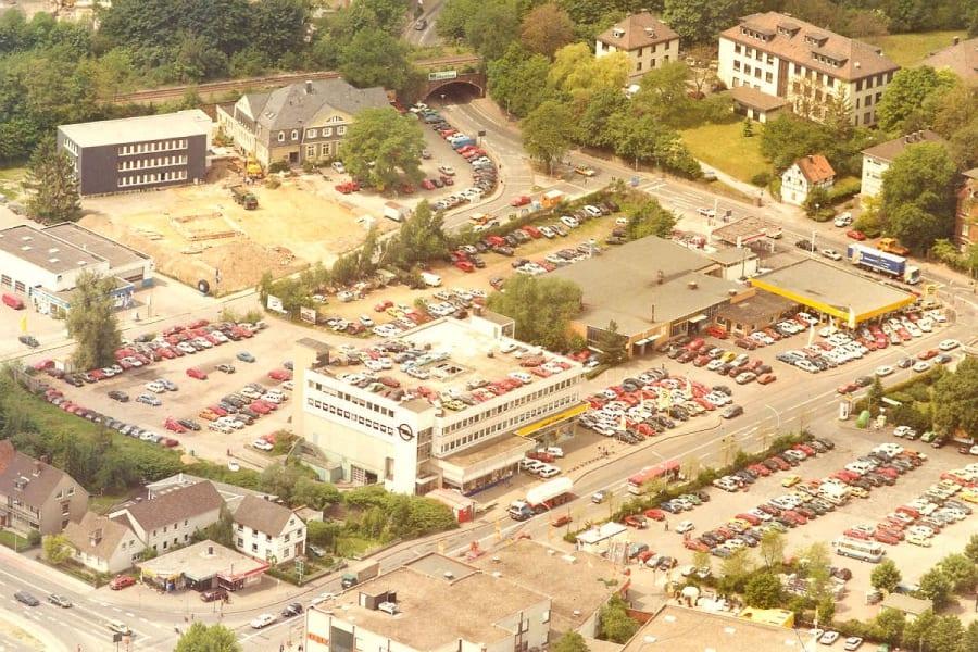 Blick zurück: Im Gronauer Kreisel das Autohaus Cramer. Im Bau in der Mitte befindet sich heute das Schuhcenter. Oben links die FHDW, dahinter der Bahndamm. Oben rechts steht heute die Polizeiwache, rechts auf dem Parkplatz McDonald's.
