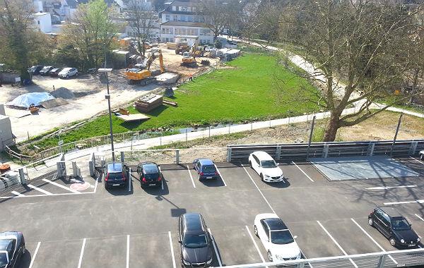 Die riesigen Betonteile wurden im Buchmühlenpark verbuddelt