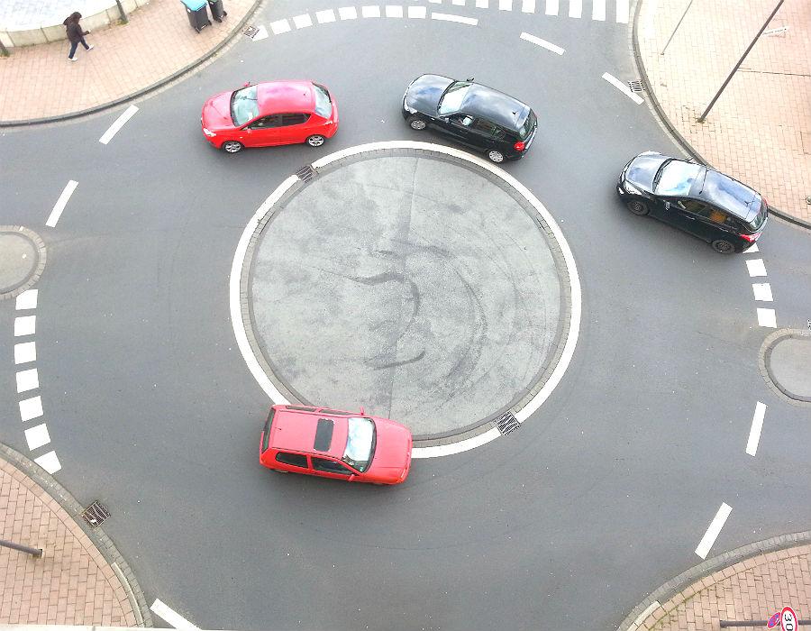 Der kleine Kreisel vor der RheinBerg Galerie ist durch Rückstau auf der Stationsstraße oft blockiert