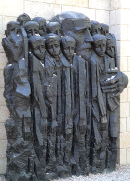 Janusz Korczak-Platz: Korczak versuche im Warschauer Ghetto Kinder zu retten, wurde mit 200 Kindern aus seinem Waisenhaus ins Vernichtungslager Treblinka deportiert. Bildhauer: Boris Saktsier