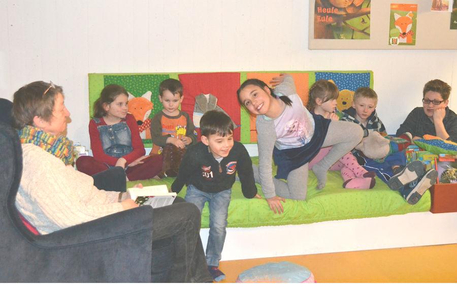 Evelyn Barth liest in der aufgemöbelten Kinderbücherei Paffrath