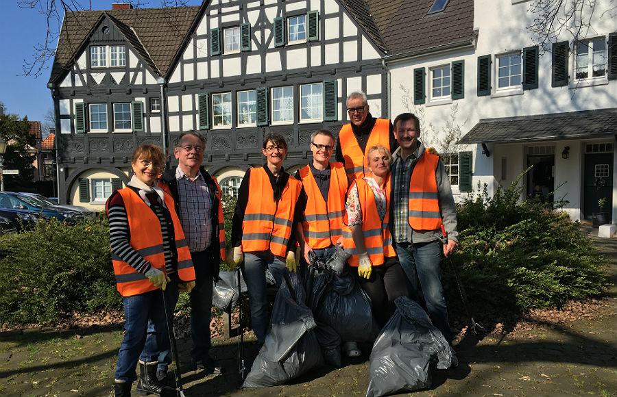 Die Gronauer Müllsammler vor prächtiger Kulisse. Foto: Frank Grobolschek