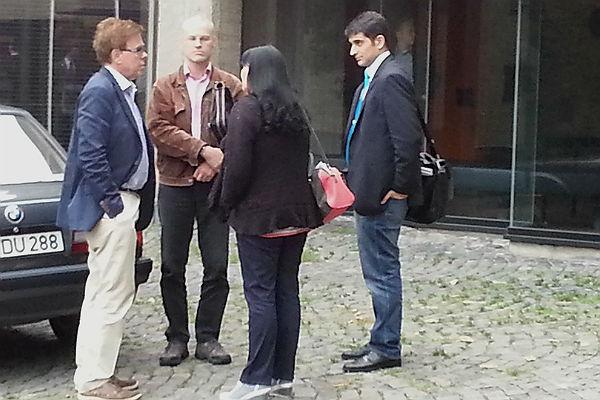 Frank Samirae (rechts) mit den Linken-Politikern Rainer Dlugosch, Peter Tschorny und Lucie Misini vor einigen Monaten vor dem Rathaus Bensberg